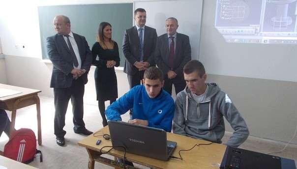 Средњошколском центру уручени рачунари