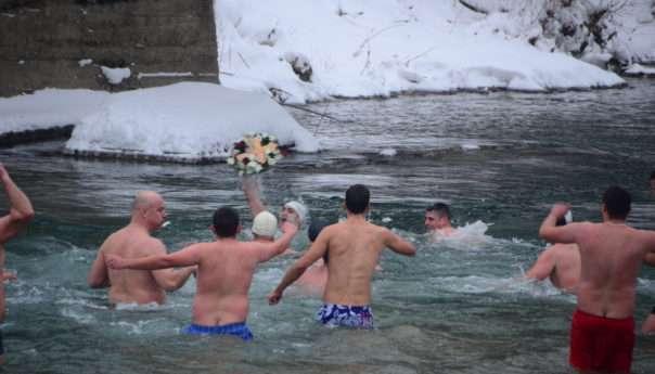 Богојављење у знаку пливања за Часни крст