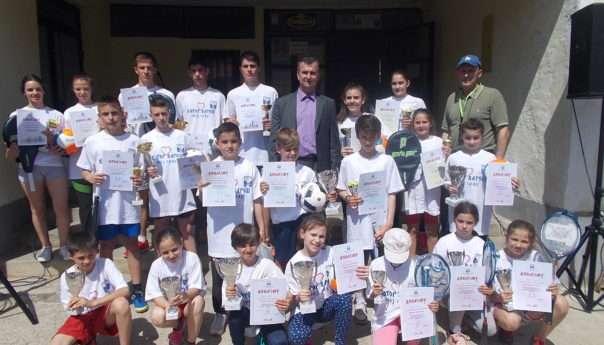 У уличној трци учествовало 160 дјечака и дјевојчица