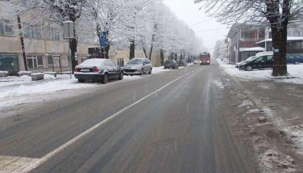 Snijeg usporio saobraćaj, putevi prohodni